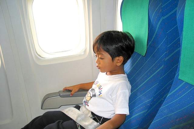 Bambino su aereo